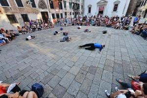 Una performance nei campi veneziani - foto di Andrea Avezzù